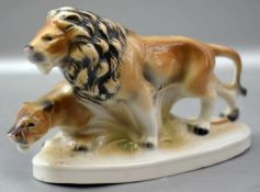 Löwenpaar auf ovalem Sockel stehend, bunt verziert, H 9 cm, L 15 cm, FM