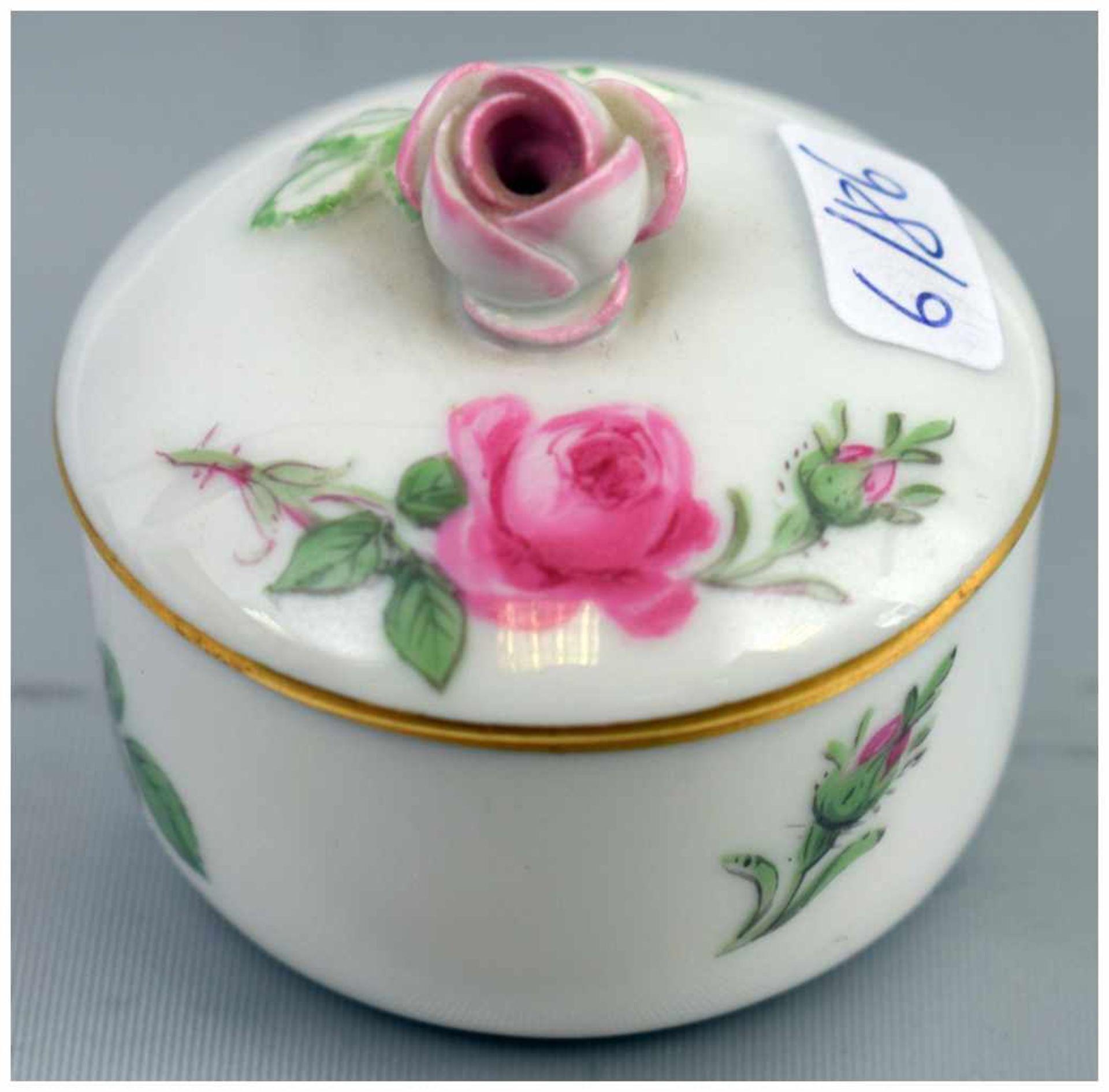 Los 17 - Deckeldose rund, Goldrand, Wandung und Deckel mit Rosenbemalung, Deckel mit plastischer Rose