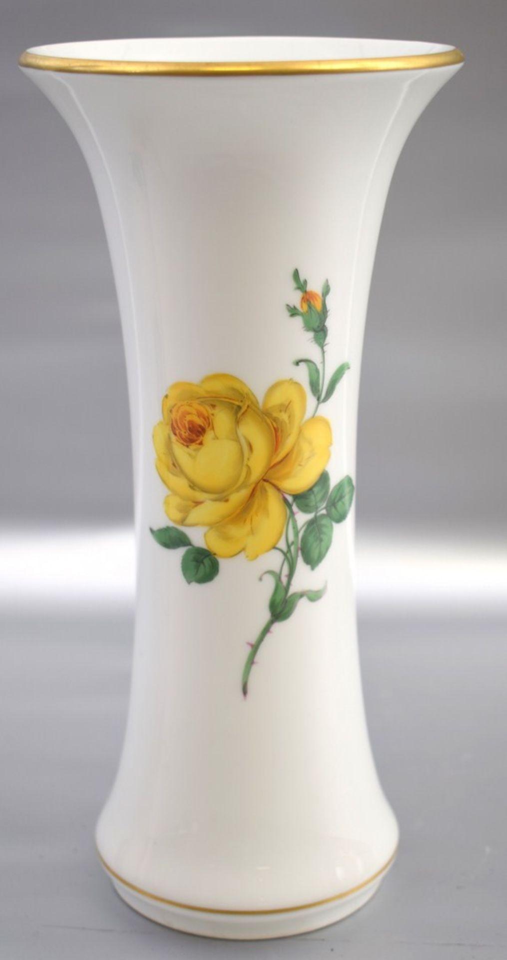 Los 48 - Vase trompetenförmig, Dekor gelbe Rose, Goldrand, zwei Schleifstriche, H 25 cm, blaue Schwertermarke