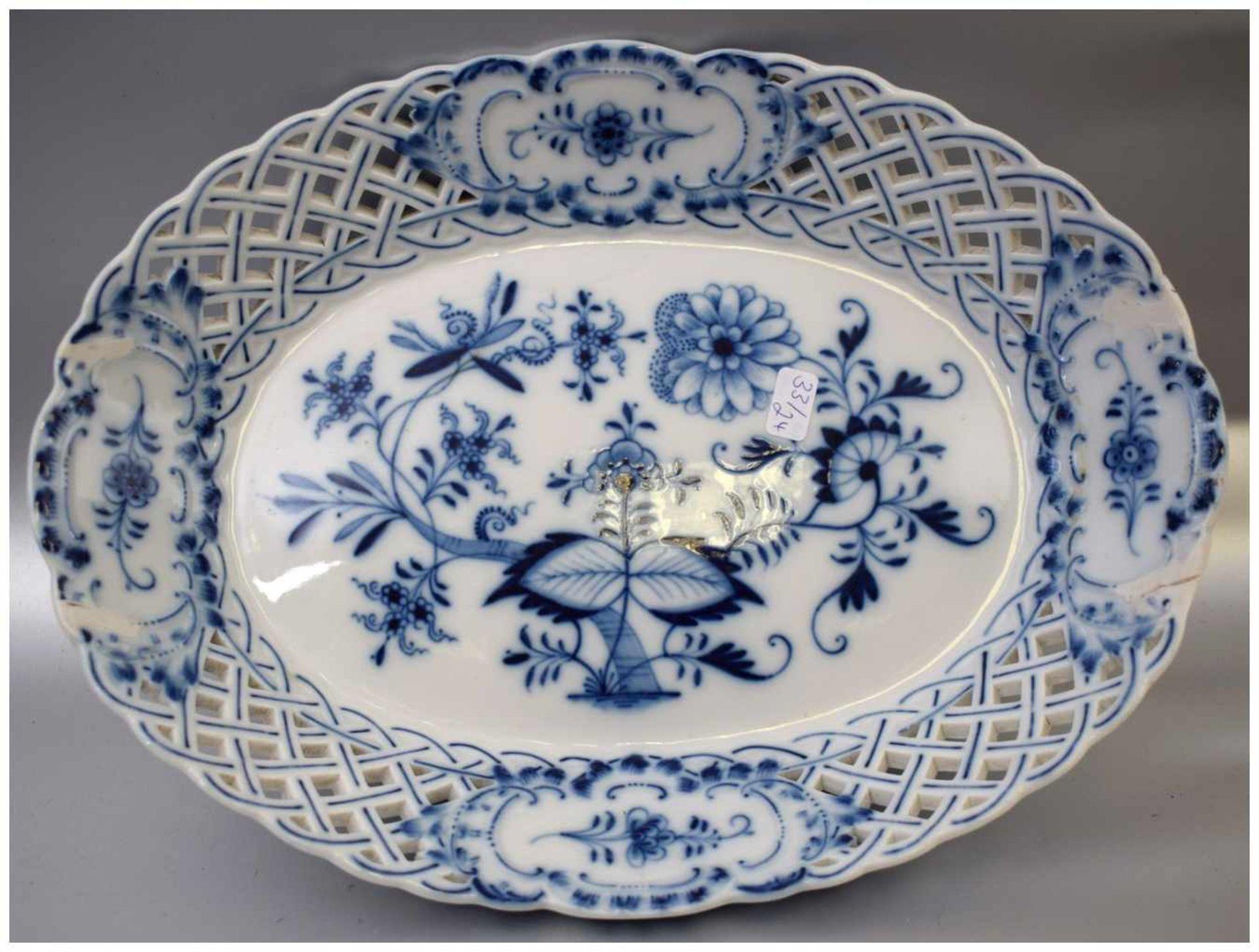 Los 8 - Gebäckschale oval, durchbrochener Rand mit Medaillons, Dekor blaues Zwiebelmuster, Griffe fehlen, 20