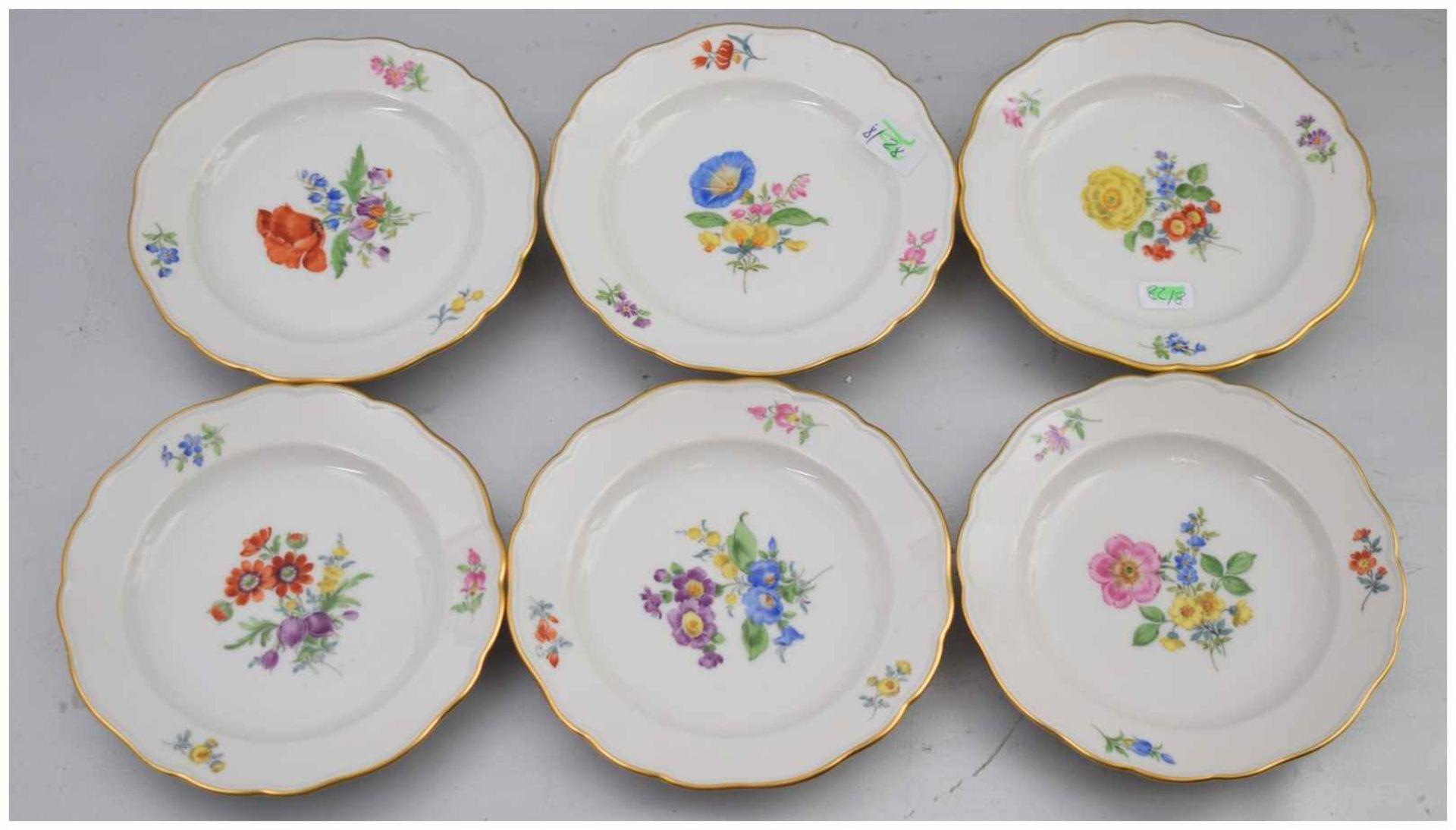 Los 32 - Sechs Gebäckteller Goldrand, Rand und Spiegel mit bunter Feldblumenbemalung, Dm 13 cm, blaue