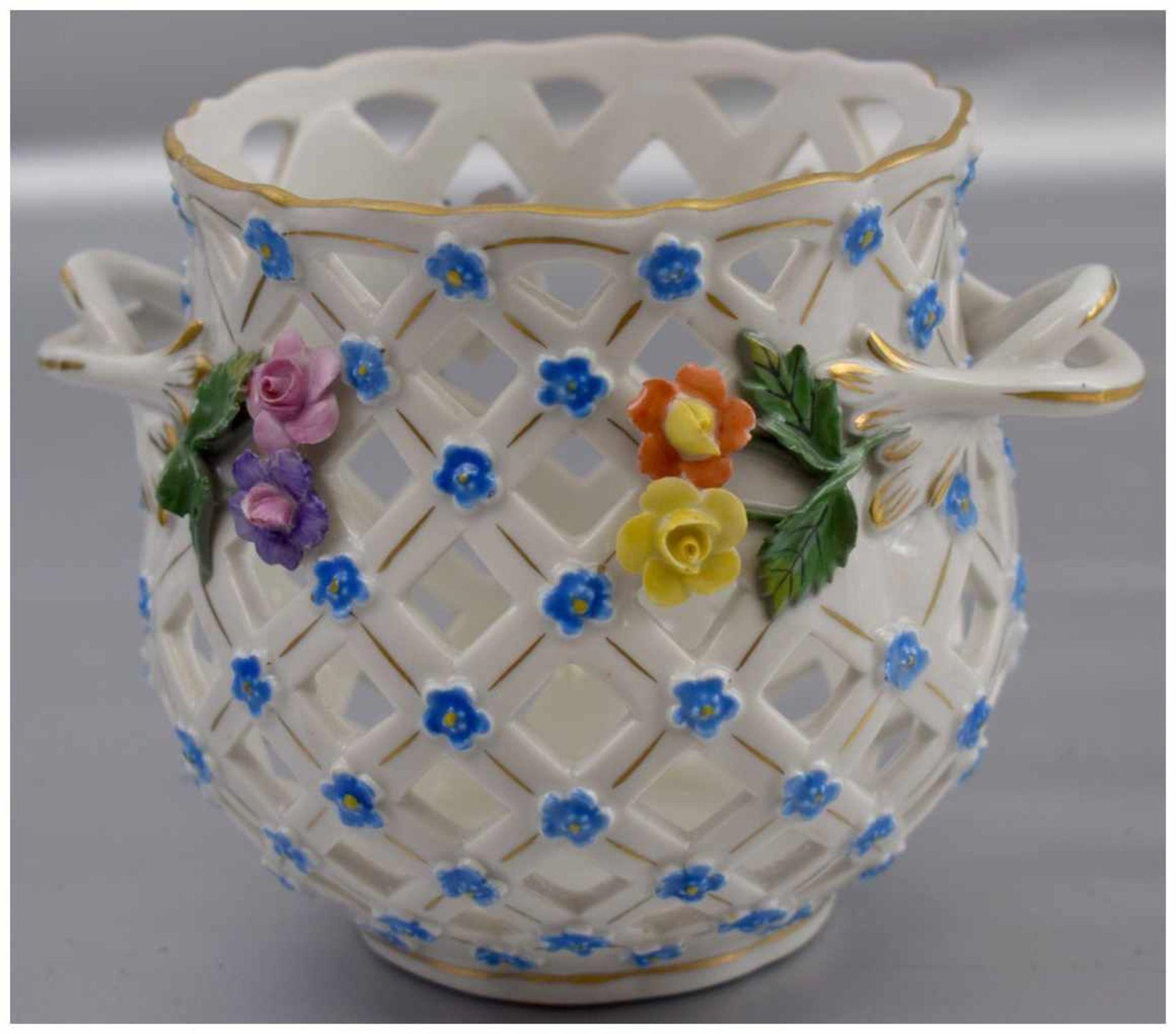Los 59 - Blumenübertopf Goldrand, durchbrochen, mit Vergissmeinnicht und halbplastischen Blüten verziert,