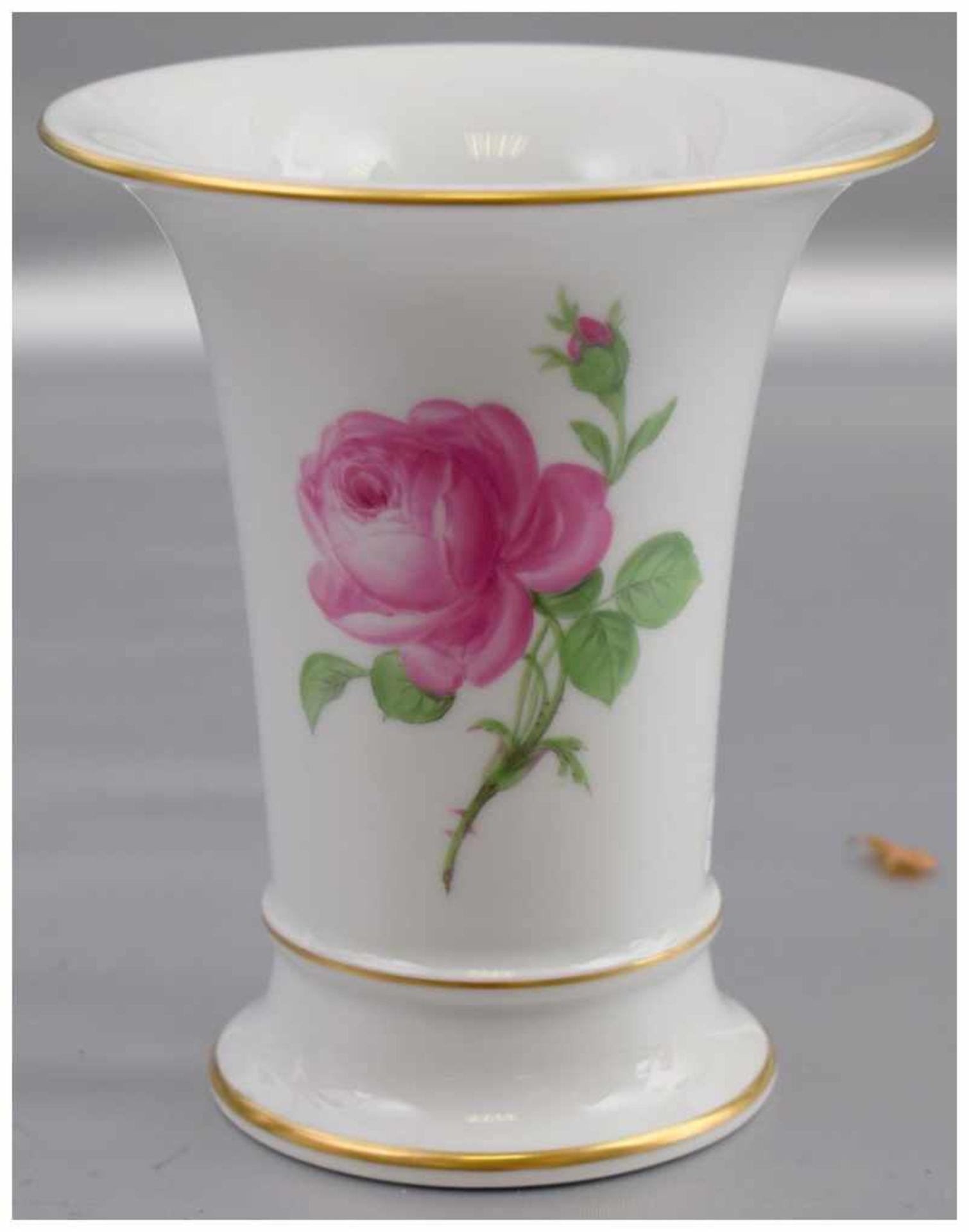 Los 28 - Vase in Trompetenform, Goldrand, Wandung mit roter Rosenbemalung, H 13 cm, blaue Schwertermarke