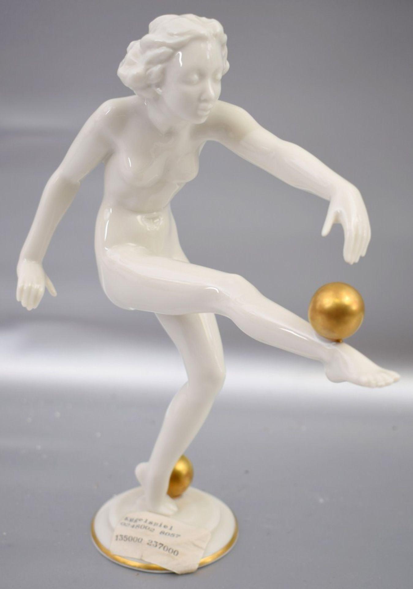 Los 38 - Kugelspielerin Mädchenakt mit zwei Goldkugel, auf rundem Sockel, weiß glasiert, im Sockel sign.