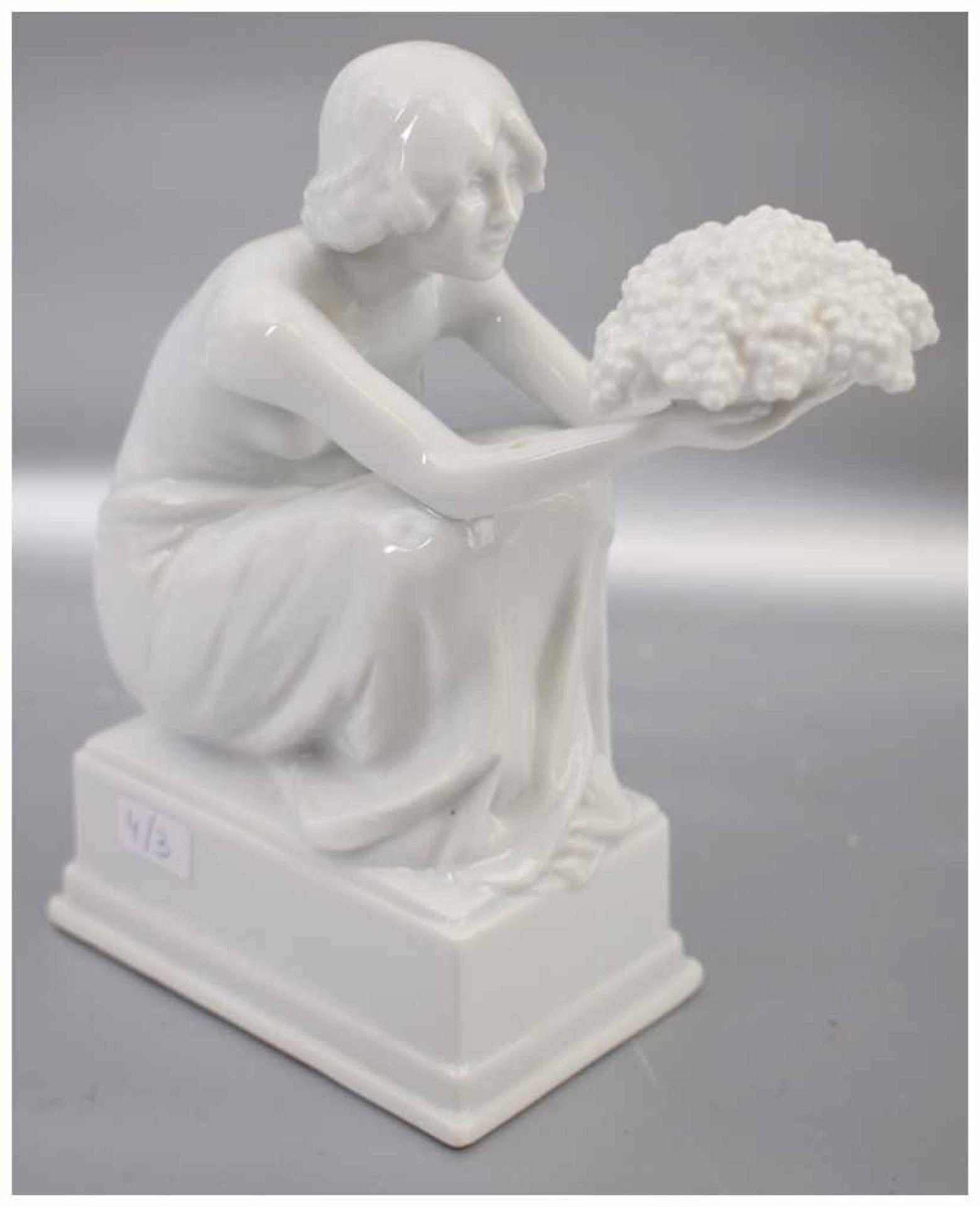 Los 39 - Mädchen mit Blumenschale auf rechteckigem Sockel hockend, weiß glasiert, H 16 cm, L 14 cm, FM