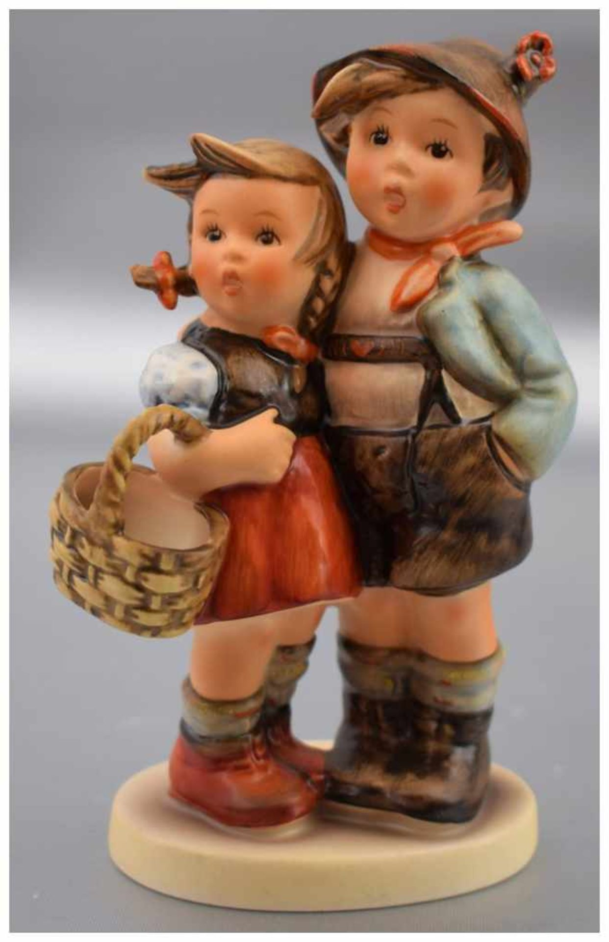 Los 20 - Geschwisterpaar auf ovalem Sockel stehend, bunt bemalt, im Sockel sign. M.J. Hummel, H 14 cm, FM