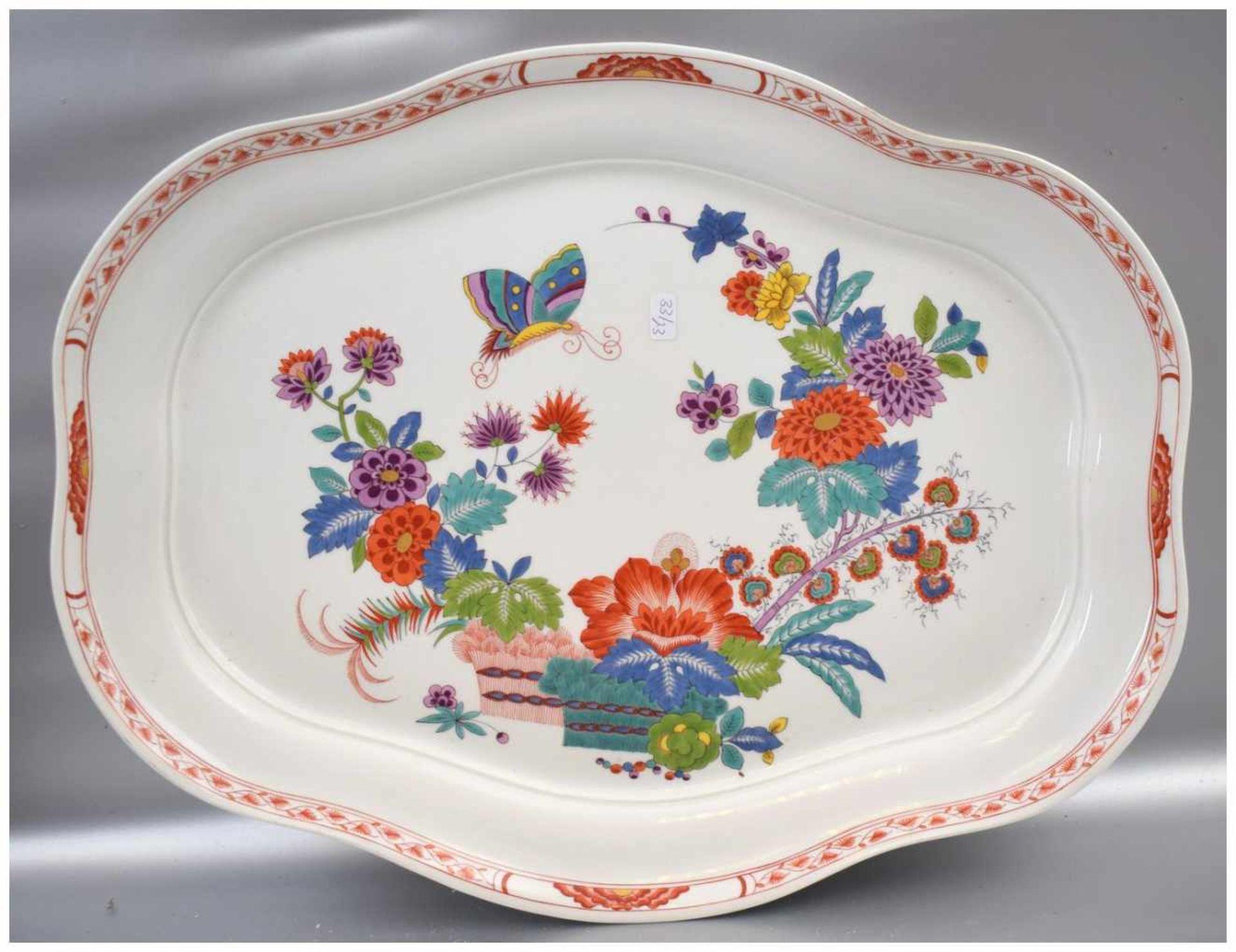 Los 54 - Große Platte oval, rot verzierter Rand, Spiegel mit asiatischen Blüten und Schmetterlingen bemalt,