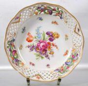 Schale rund, durchbrochener gewellter Rand, Rand und Spiegel mit bunter Blumenverzierung, Rand