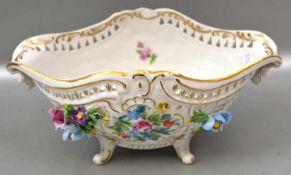 Schale oval, auf vier Füßen stehend, Wandung gold verziert und mit bunter Blumenbemalung, mit