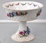 Aufsatzschale runder Fuß und Schale, Goldrand, Wandung mit halbplastischen Blüten verziert, best.,
