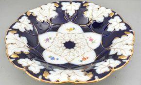 Großer Prunkteller kobaltblau, Goldrand, mit Weinblättern verziert, Spiegel mit Weinranken und