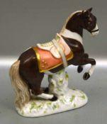 Pferd auf ovalem Sockel stehend, bunt bemalt, am Ohr best., H 12 cm, L 10 cm, FM KPM Berlin, mit