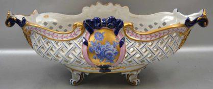 Aufsatzschale im Rokoko-Stil, auf vier geschwungenen Füßen stehend, oval, durchbrochen, Medaillon