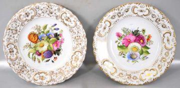 Zwei Teller breiter, mit Ranken und Ornamenten gold verzierter Rand, Spiegel mit bunter