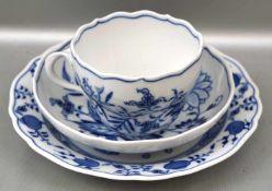 Gedeck Tasse mit Untertasse und Dessertteller, Dekor blaues Zwiebelmuster, blaue Schwertermarke