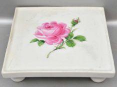 Untersetzer quadratisch, auf Kugelfüßen stehend, leicht besch., Spiegel mit Rosenbemalung, 12 X 12