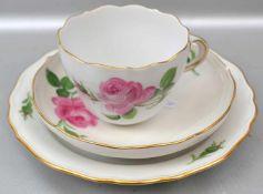 Gedeck Tasse mit Untertasse und Dessertteller, Goldrand, Rand und Spiegel mit roter Rosenbemalung,