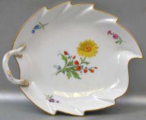 Blattschale Goldrand, Spiegel mit bunter Feldblumenbemalung, verzierter Griff, L 23 cm, B 17 cm,