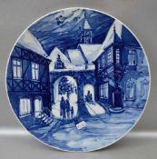 Weihnachtsteller mit blauer Stadtansicht und Figuren, Dm 26 cm, 1975, blaue Schwertermarke