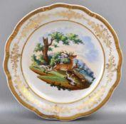 Teller rund, breiter verzierter Goldrand, Spiegel mit Hirsch und Jagdhunden verziert, Dm 17 cm, um