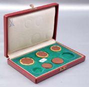 Fünf Münzen Böttgerporzellan, gold verziert, FM Meissen, in Schatulle