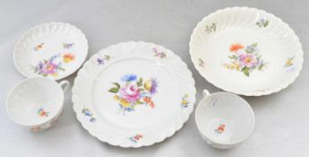 Konvolut fünf Teile drei Teller und zwei Tassen, Dekor bunte Blume, FM Nymphenburg