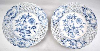 Zwei Teller rund, durchbrochen, Medaillons und Spiegel mit blauem Zwiebelmuster, I. und II. Wahl, Dm