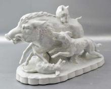 Die Wildschweinjagd auf ovalem Sockel stehend, Keiler mit drei Jagdhunden, weiß glasiert, H 16 cm, L