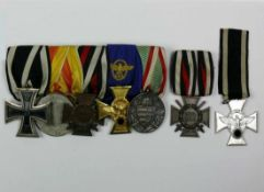 Ordenspange der Polizei; 5 div. Orden an Spange geheftet; dazu: 2 einzelne, dazugehörige Orden;