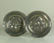 Paar Teller (19.Jh.) Zinn; D: je ca. 25,5 cm; im Spiegel reliefierte Obstdarstellung; auf Fahne