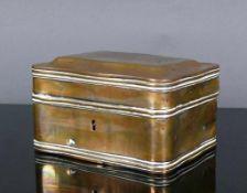 Messingschatulle (19.Jh.) geschweifter Korpus mit passigem Deckel; Schloss; Schlüssel fehlt; 8 x
