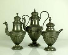Kaffee-Kern (um 1900) Zinn; 3-tlg.; Wandung mit reliefiertem Girlandendekor; jeweils passiger