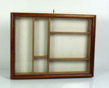 Tischvitrine (20.Jh.) Holzgehäuse; Deckel verglast mit Schloß und Schlüssel; innen mit