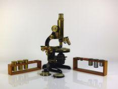 Mikroskop (1920) Leitz, Wetzlar Nr. 184370; mit mehreren Okularen; verkauft durch