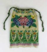 Perlstickerei-Tasche (19.Jh.) farbiger, floraler Dekor; mit angesetzten Fransen; H: 24,5 cm