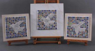 3 Friedenstauben, Steinmosaik auf Keramikkachel2 Kacheln ca. 25 cm x 25 cm.1 Kachel ca. 32,5 cm x