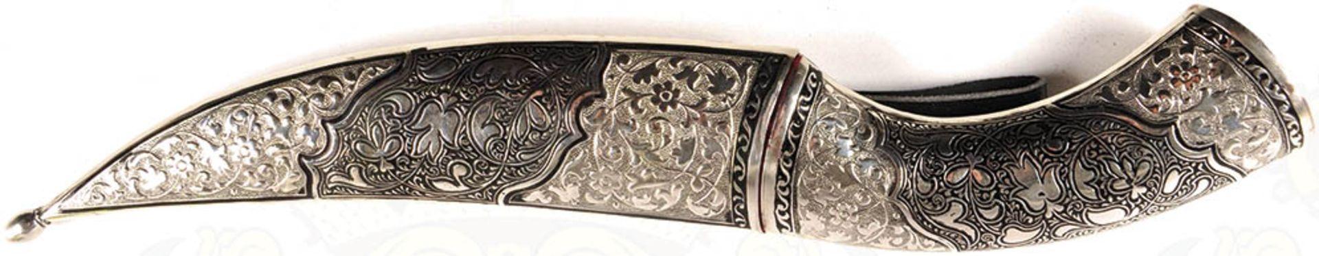 DOLCH, verm. Kaukasus, leicht gekrümmte Keilklinge, beids. Zierätzung, florale Ornamente u. - Bild 4 aus 4