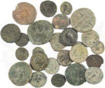25 RÖMISCHE MÜNZEN, Kupfer u. Bronze, Patina u. Belag, dabei: Kaiser Antonius (Pius?), Hadrian ?,