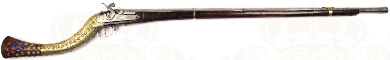 PERKUSSIONSGEWEHR, Arabien 19. Jh., sternförmig gezogener, geputzter Damastlauf m. Zierauflagen,