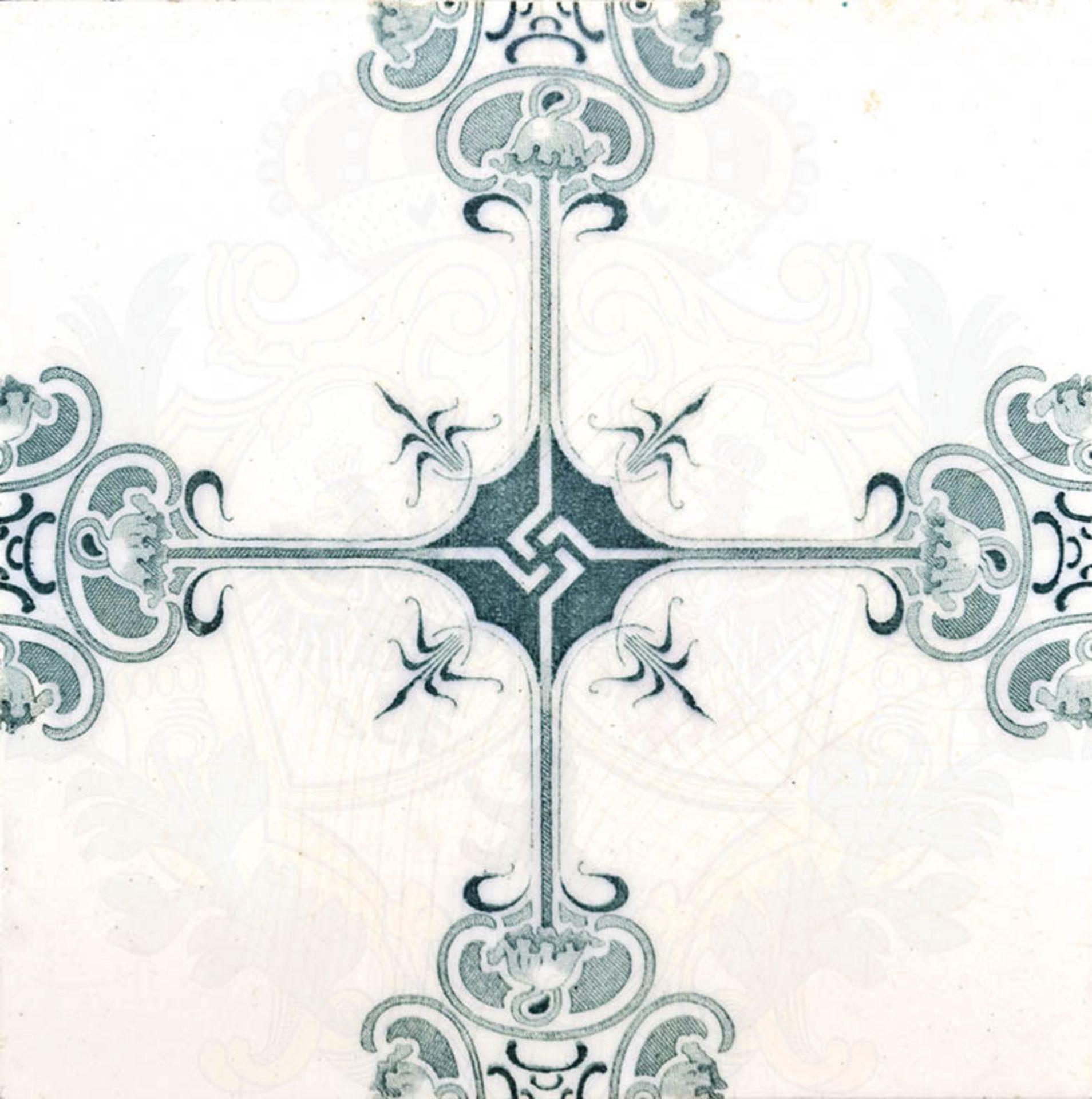 WANDFLIESE, Jugendstil-Ornamentik, um 1900, grün/weiße Glasur, mittig stilisiertes Hakenkreuz, ca.