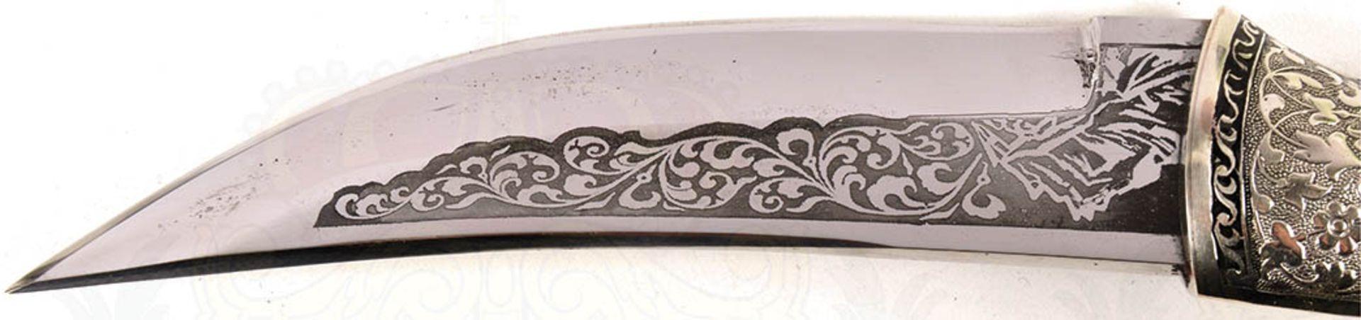 DOLCH, verm. Kaukasus, leicht gekrümmte Keilklinge, beids. Zierätzung, florale Ornamente u. - Bild 2 aus 4