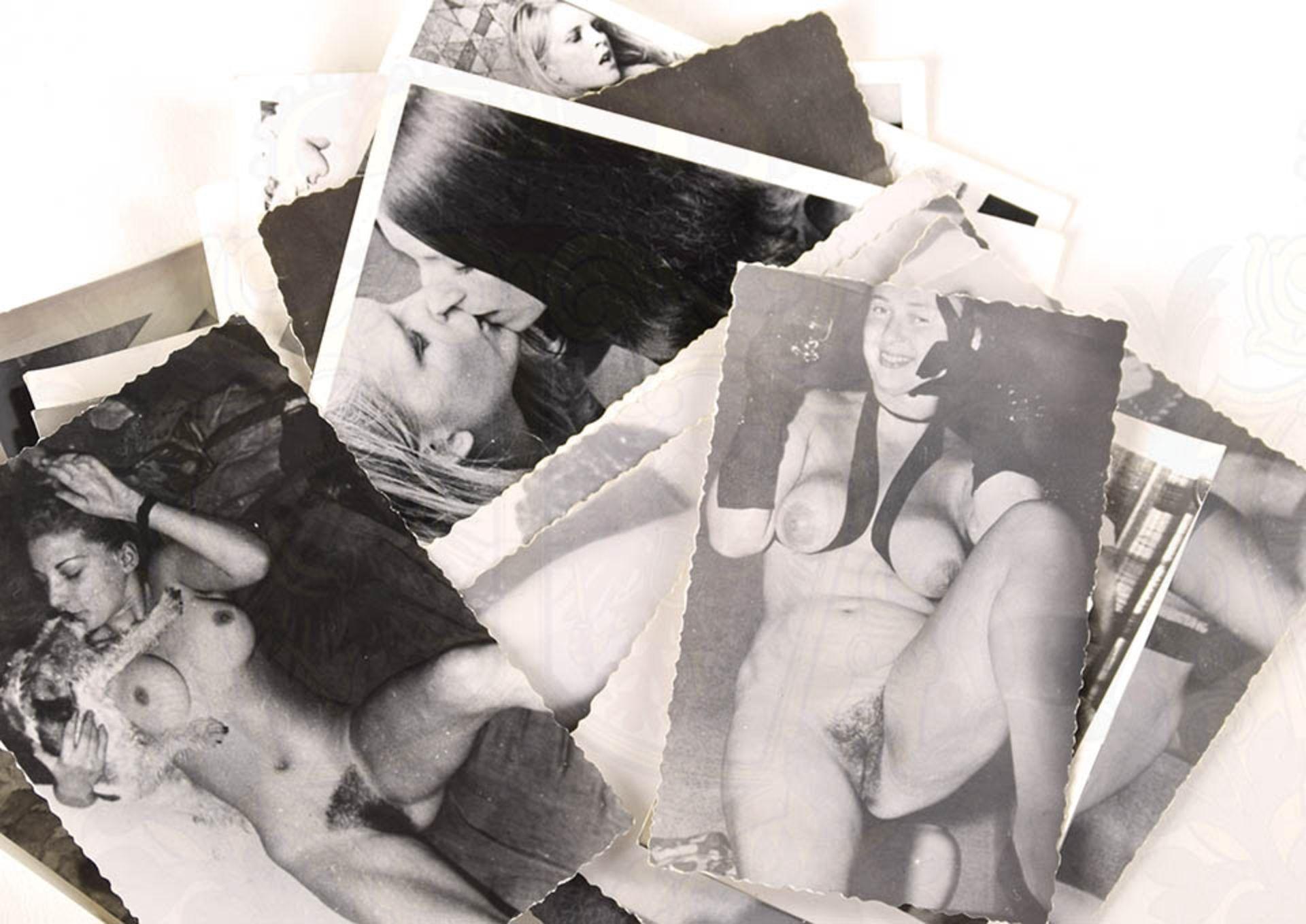 EROTIK-FOTOS, ca. 20 Stk., s/w, 50er-60er Jahre, versch. Kleinformate, Frauen in verschiedenen