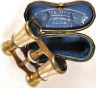 OPERNFERNGLAS, ca. 2-3x, Messinggehäuse, dieses u. Augenmuscheln mit Perlmutt verkleidet, Optik