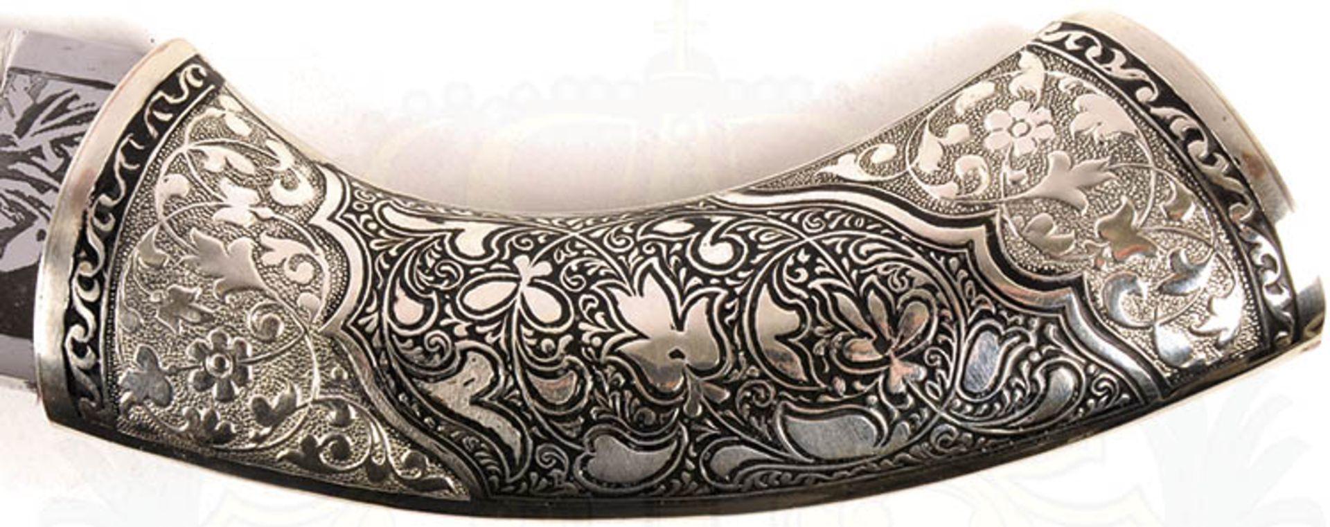 DOLCH, verm. Kaukasus, leicht gekrümmte Keilklinge, beids. Zierätzung, florale Ornamente u. - Bild 3 aus 4