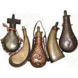 5 PULVERFLASCHEN, 1x Horn m. Messingbeschlägen, sonst Tombakblech, 1x m. plastischen