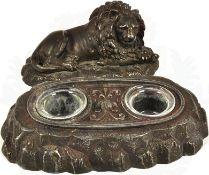 SCHREIBGARNITUR, 2teilig, Figur eines liegenden Löwen u. Sockelplatte in From eines Fels-Plateaus,