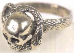 """FINGERRING, Silber, undeutliche Punze """"925"""" ?, plast. Totenkopf m. Schlange < 1076032F, Zustand: I-,"""