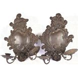 2 WANDLEUCHTER, barockter Stil, um 1900, Messing auf Holz, H. ca. 34 cm, Rocaillen-Ornamentik,