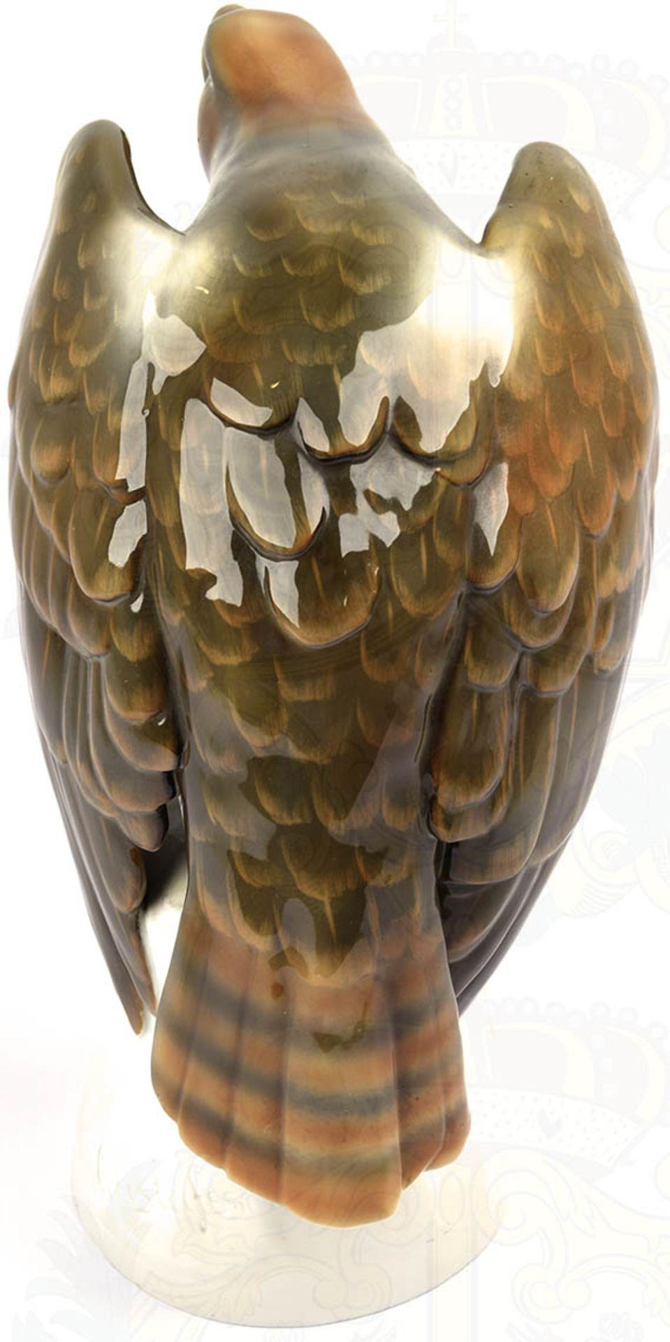 """PLASTIK """"SPÄHENDER ADLER"""", weißes Porzellan, glasiert, Adler farbig gefaßt, Hals und Kopf - Bild 3 aus 6"""