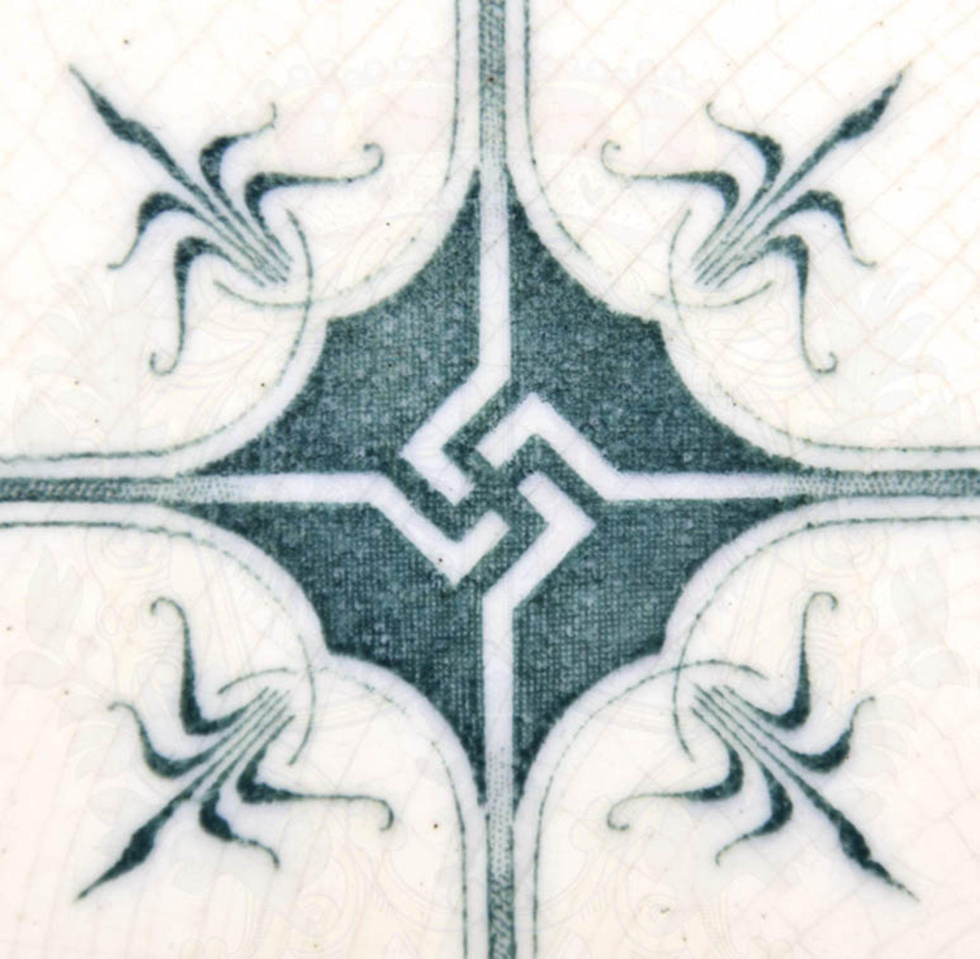 WANDFLIESE, Jugendstil-Ornamentik, um 1900, grün/weiße Glasur, mittig stilisiertes Hakenkreuz, ca. - Bild 2 aus 2